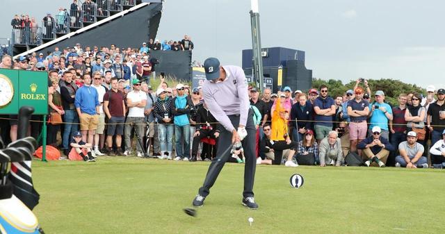 画像: マット・クーチャーは手首の角度のリリースを早くしてヘッドを加速させている(写真は2017年の全英オープン)