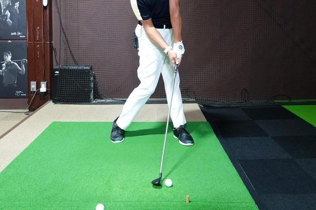 画像: ボールの位置は「ドライバーの位置」よりもボール一個分中に入れる