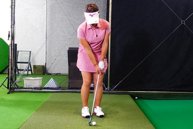 画像: 幡野夏生のアプローチのセットアップ。左腕からシャフトまで一直線に構えている