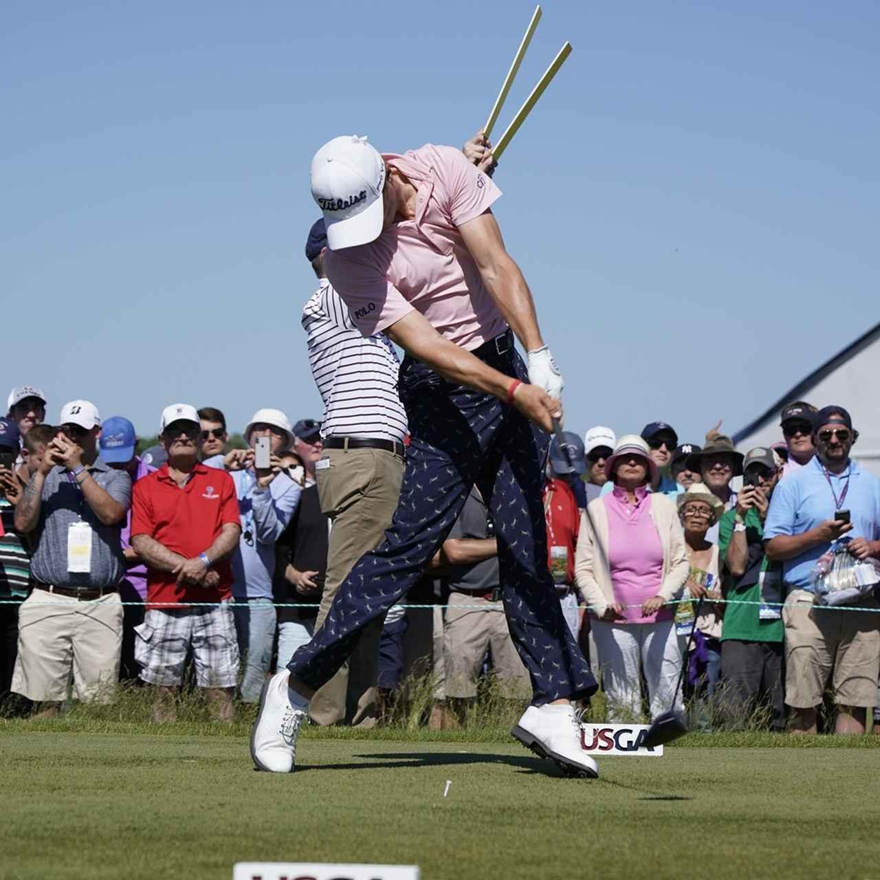 画像: ジャスティン・トーマスのように地面反力の動きを使うと、直線的な手元の動きをキープしたままスウィングできる(写真は2018年の全米オープン 撮影/岡沢裕行)