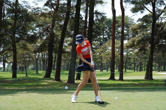 画像: 画像3/左肩が開かないので、インサイドからボールをとらえることができる(写真は2018年のサロンパスレディス 撮影/姉崎正)