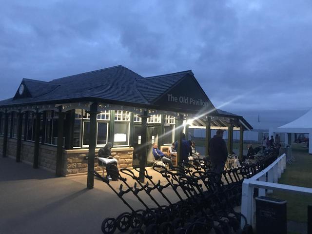画像: セントアンドリュースのスタート小屋。当日プレーを希望する人は、夜中からここで並ぶ