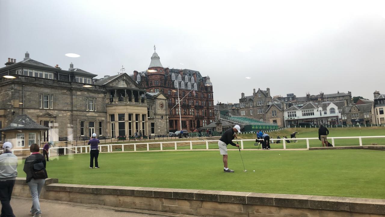 画像: 左に見えるのが英国ゴルフ協会の建物。手前の練習グリーンではスタートを待つゴルファーたちが熱心に練習している