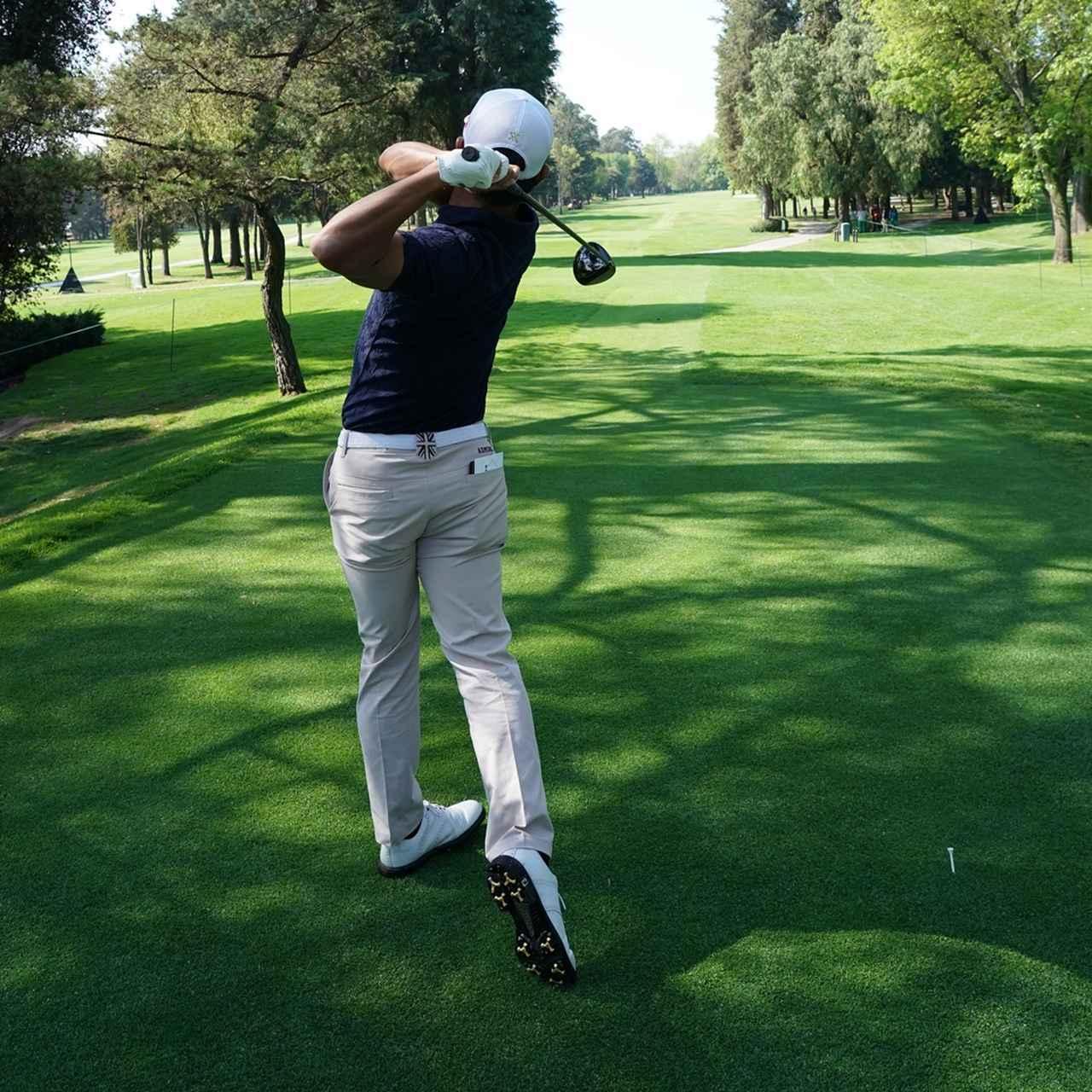 画像: フィニッシュを後方から見ると、右足のかかとが左に傾いている(写真は2018年のWGCメキシコ選手権)
