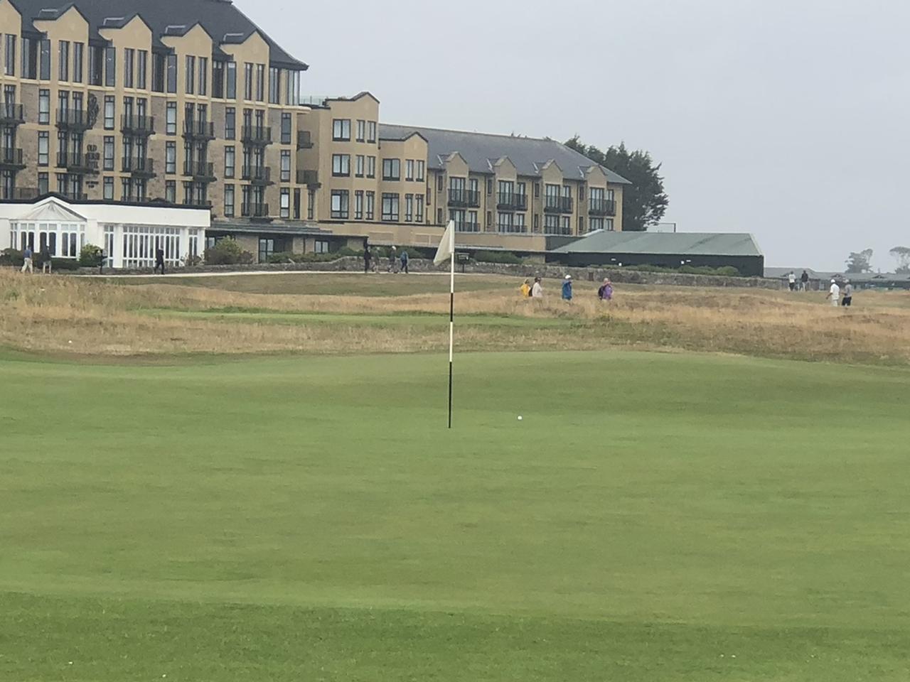 画像: オールドコースは1番と17番、18番を除いたすべてのホールでグリーンをふたつのホールで共有しており、フラッグの色で見分けている