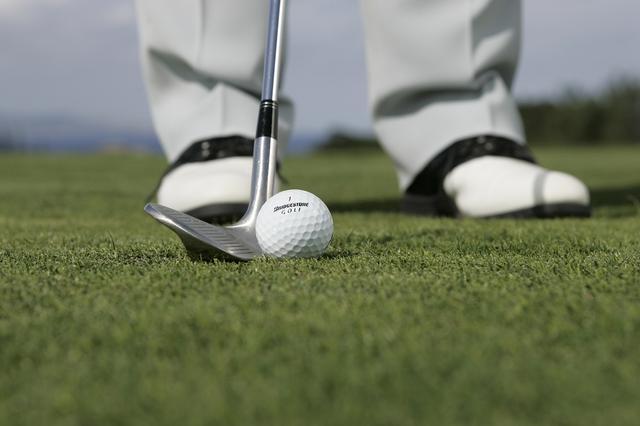 画像: 高い球はハンドファーストを緩めて構えることでシンプルに打ち分けられる
