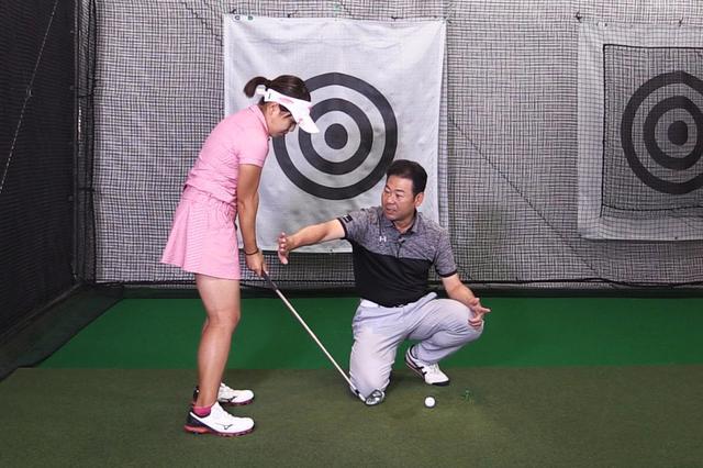 画像: 井上コーチが右手で示しているのは、アドレス時の手の位置。それと同じくらい低く・近い位置を手元が通れば、フェースの開閉は自然と抑えられる