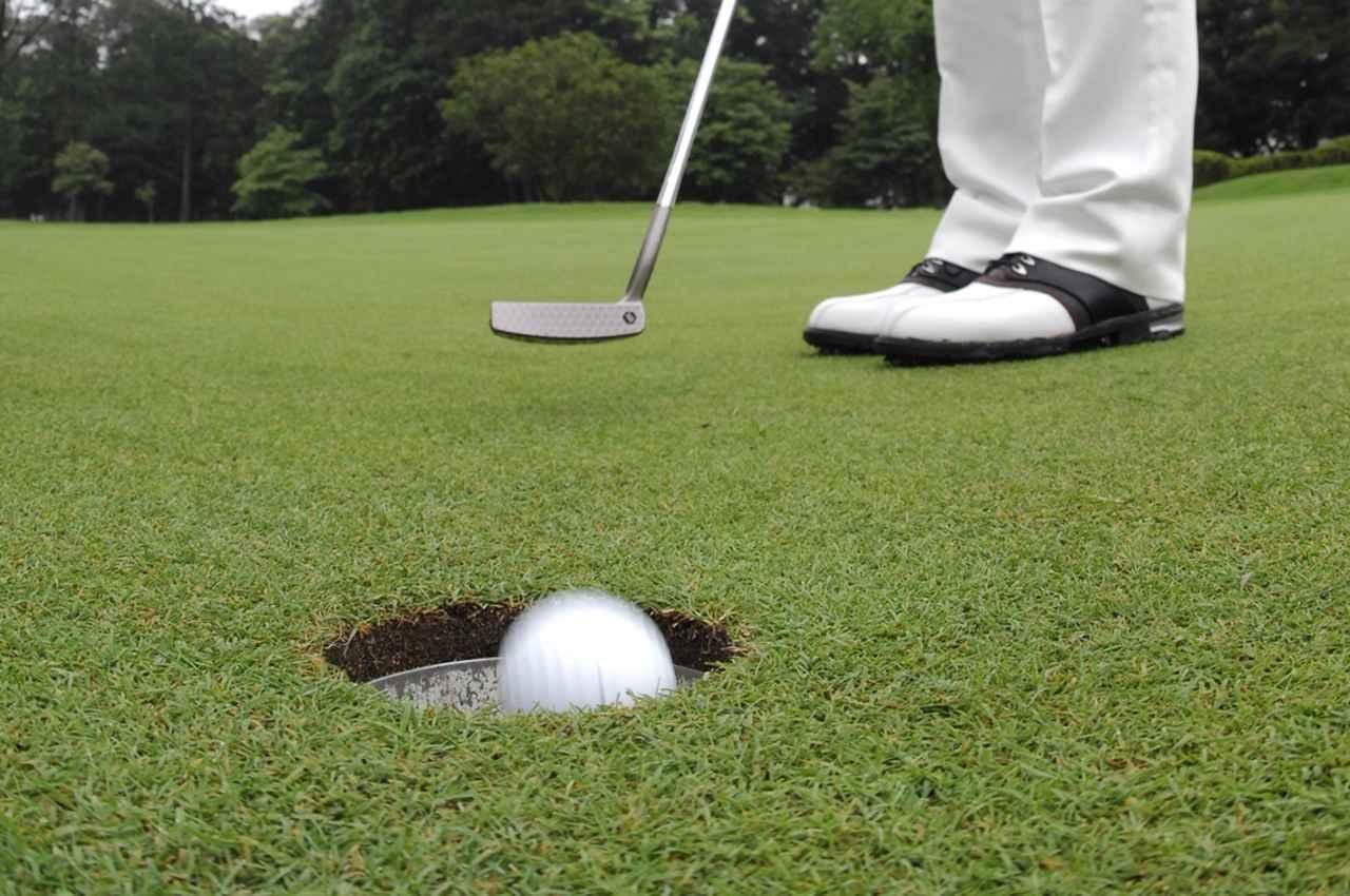 画像: 1メートルのストレートラインを打って、今日のパットの傾向を知ろう
