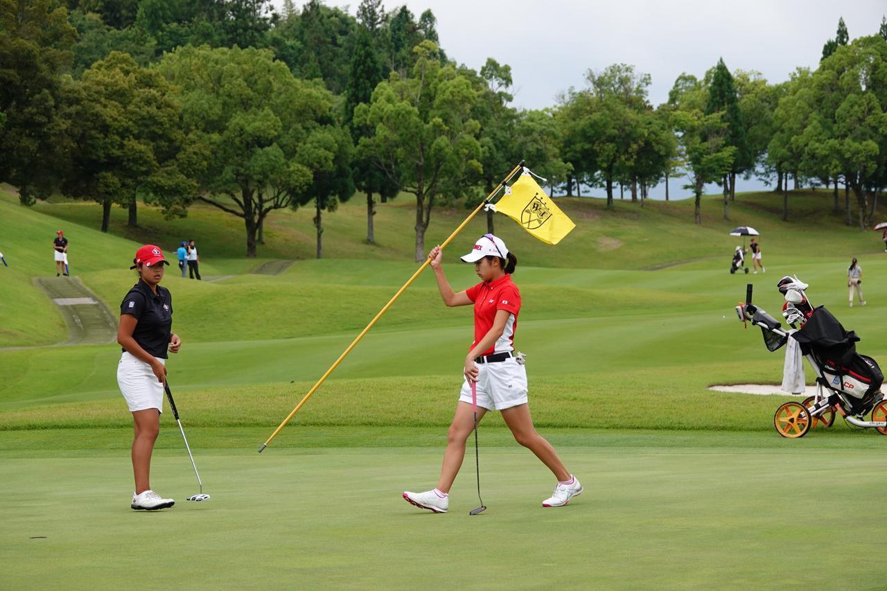 """画像: 日本人ジュニアは、先にホールアウトしたら旗竿を持ち、元に戻すのが""""当たり前""""(写真は2018年のトヨタジュニアゴルフW杯)"""