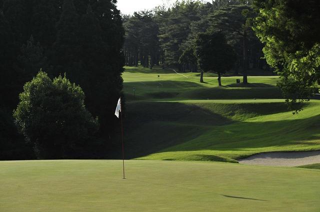 画像: グリーンに負担をかけない。これも、ゴルファーなら気を配りたいマナーだ