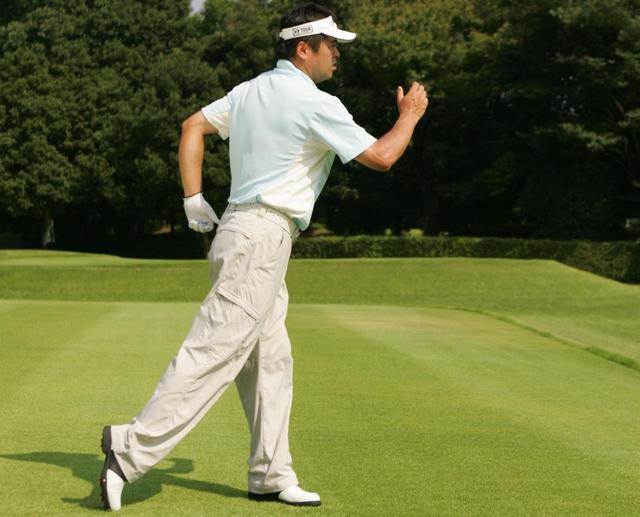 画像: 歩くときや走るときのように腕をタテに使うスイングを身につけよう