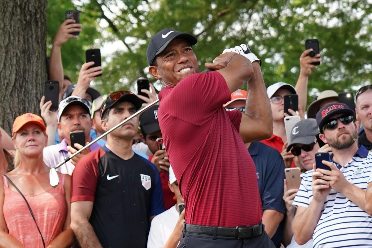 """画像: """"ヒールの角""""があるアイアンを使うタイガー・ウッズ(写真は2018年全米プロゴルフ選手権 撮影/姉崎正)"""