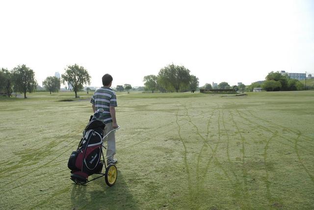 画像: スコアを目標にすると、達成できそうもなくなった時に諦めて雑なゴルフをしやすくなると松本は言う