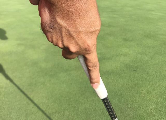 画像: 人差し指を伸ばすことで手首が固定され、直線的な動きをしやすくなる