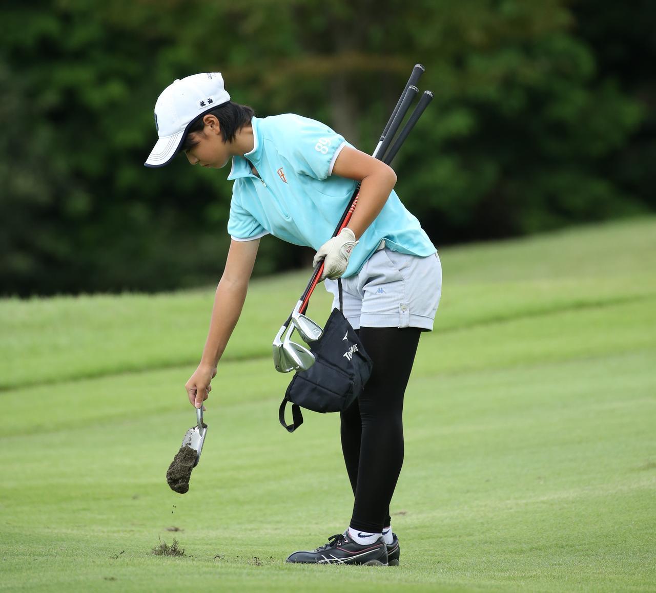画像: 目土袋持参し目土をするジュニアゴルファー