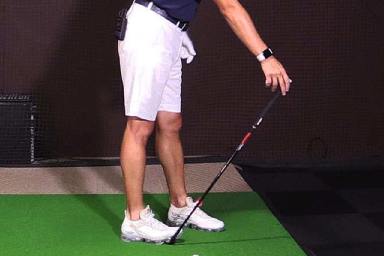 画像: 無理にボールを上げようとするとミスが起きる。角度は十分にあるので、ロフト通りに構えて打とう