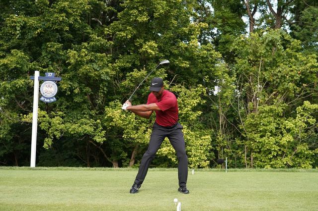 画像: タイガー・ウッズもスウィング中シャフトをしならせすぎることはない(2018年全米プロゴルフ選手権のタイガー・ウッズ 写真/姉崎正)