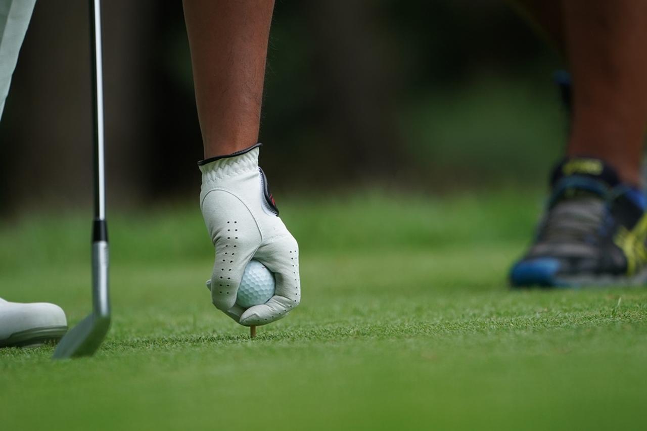 画像: ティアップする位置を変えて負のルーティンから抜け出そう(写真は2018年の日本ゴルフツアー選手権)