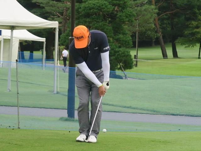 画像: グリップ部分が見えなくなるほど短く持ってアプローチ練習をするチェ・ホソン(写真は2018年のダイヤモンドカップ)