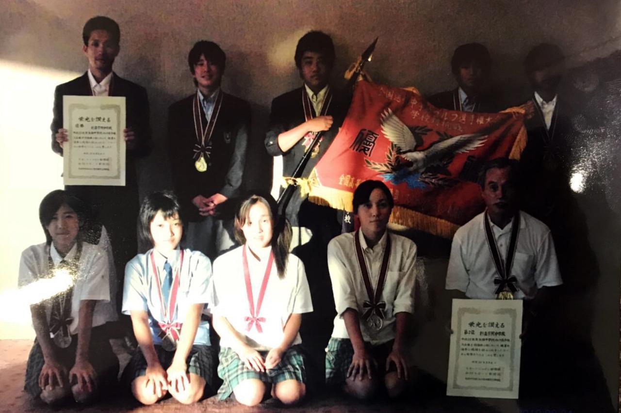 画像: 全国中学・高等学校ゴルフ選手権で団体2位の成績を残したときのYUIKA(下段の左から2番目)と同期のプロゴルファー・村田理沙(下段の左から4番目)