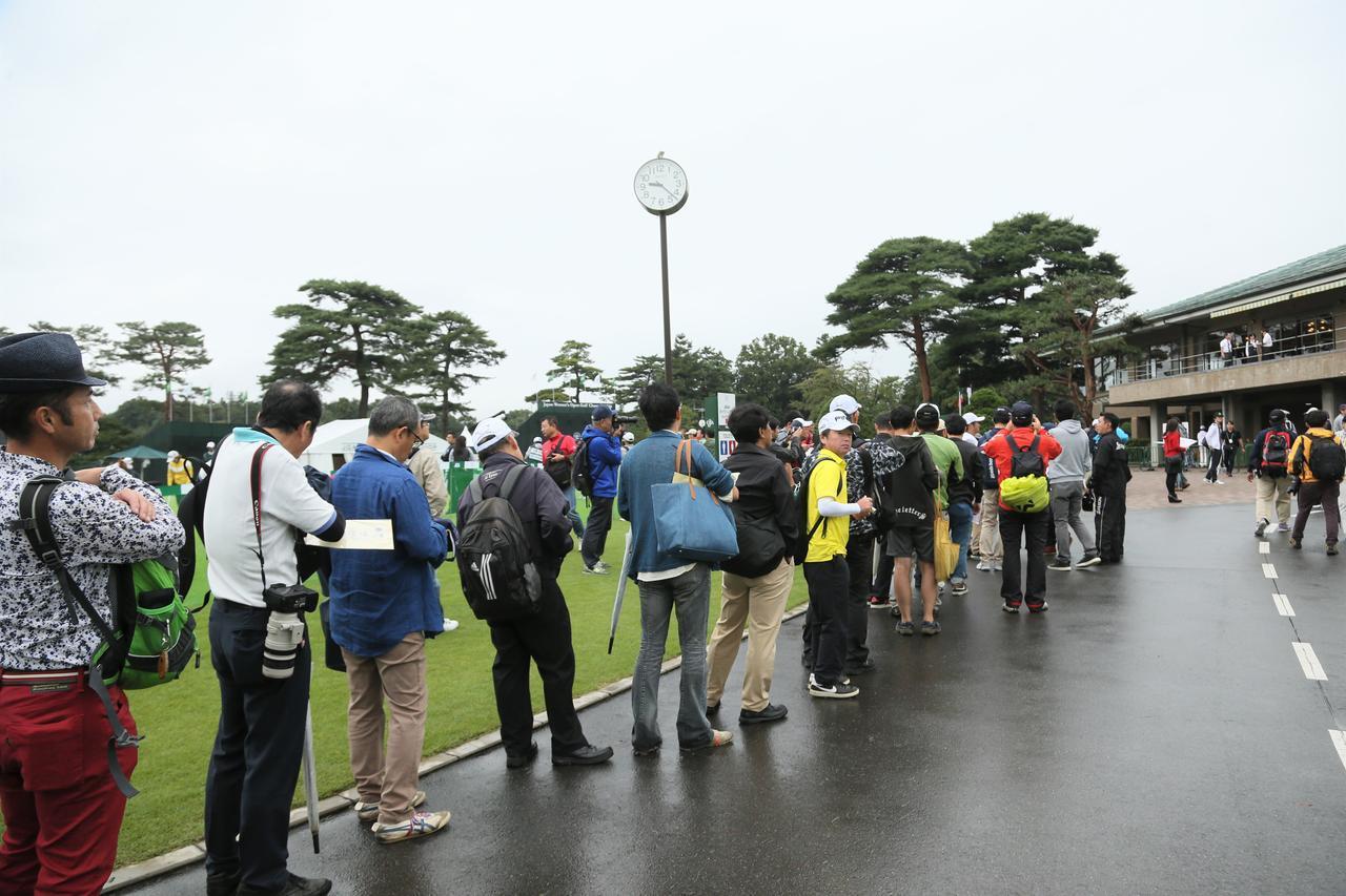 画像: 雨ということもありギャラリー自体が少なかったがチョン・インジが出てきた途端に行列ができた