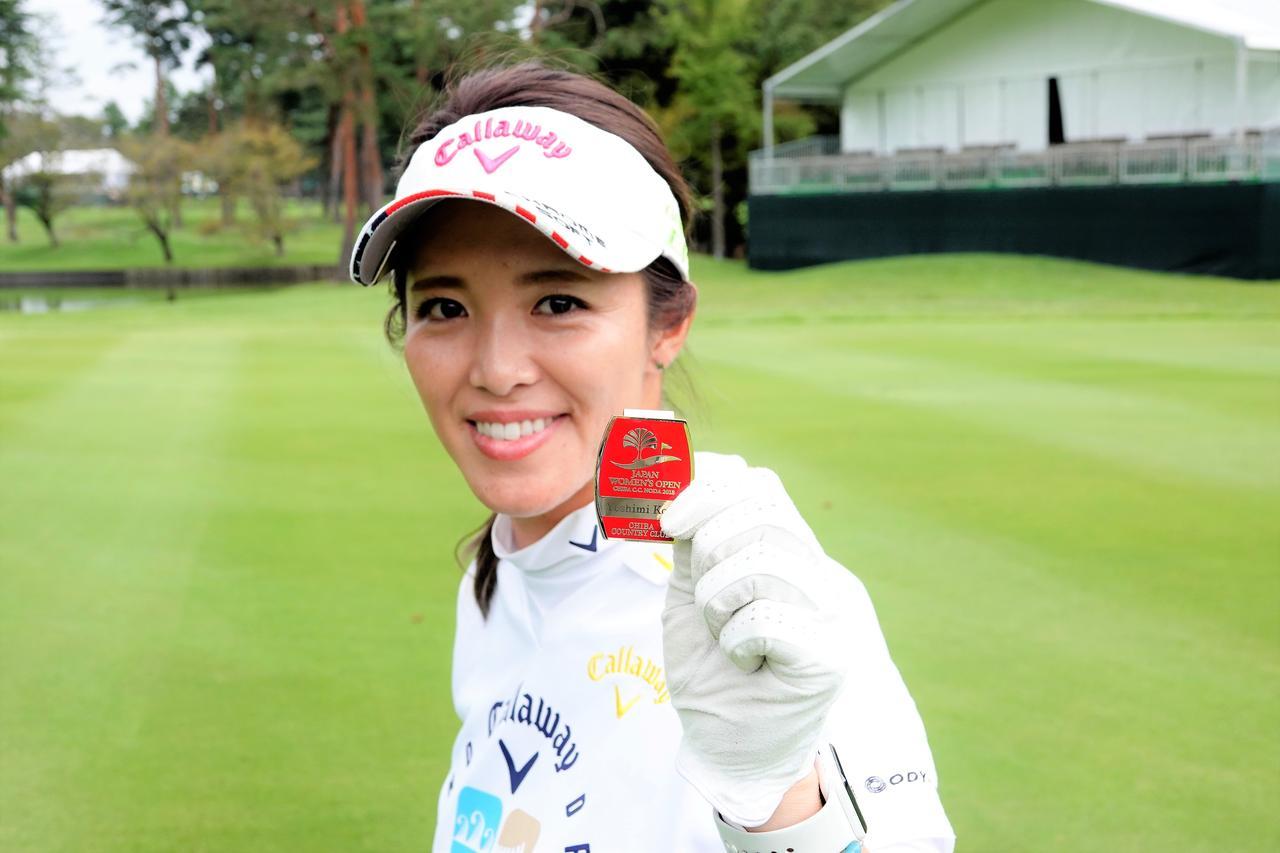 画像: 出場者だけがもらえるバッジを見せてくれたママゴルファー・甲田良美
