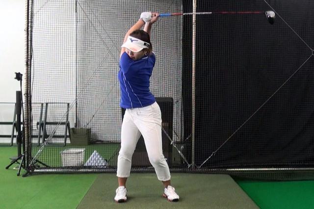 画像: ショットの精度をより向上させるため、シャット系のスウィングを、オープンに変えて練習中の幡野夏生