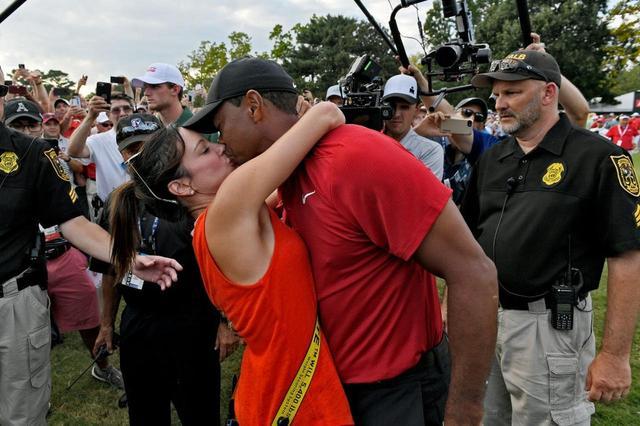 画像: ツアー選手権で復活優勝を遂げ、エリカ・ハーマンさんと喜びを分かち合うタイガー。いかにもアツアツな感じだ(写真はGetty Images)
