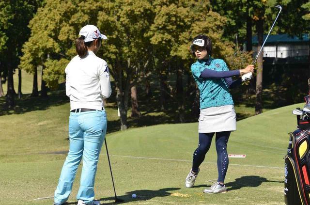 画像: 2015年三菱電機樋口久子レディース練習日の練習場にて、大山志保(右)が比嘉真美子(左)にアドバイスを送っていた