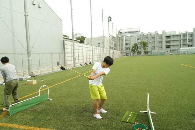 画像: 武蔵野美術大学のゴルフ授業で試作クラブを打つ学生