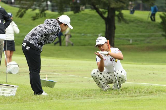 画像: 逆目からのアプローチが苦手だという竹内美雪(右)の話をきくシン・ジエ(左)