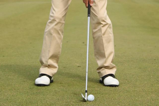 画像: スタンスは広すぎないか。ボール位置が右足寄りになりすぎていないか。まずはアドレスを見直すところから