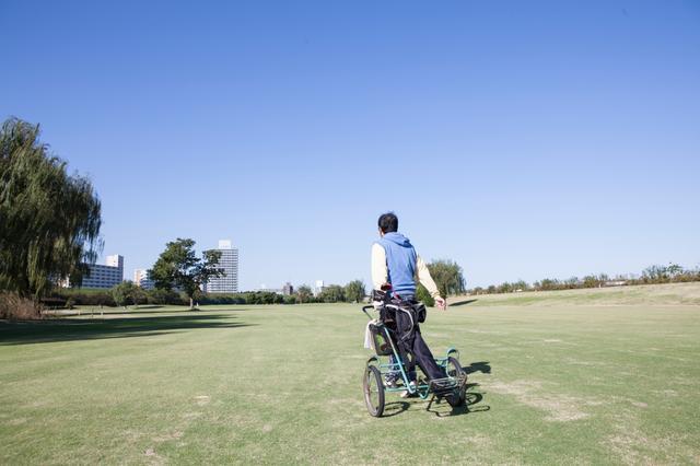 画像: 手引きカートにクラブを載せてプレー。慣れるとこれが気軽でいい