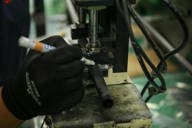 画像: 大手シャフトメーカーの工場でも背骨(スパイン)を調べマーキング。それに対してロゴや模様の転写を正対して行うことが基本となっている(撮影/富士渓和春)