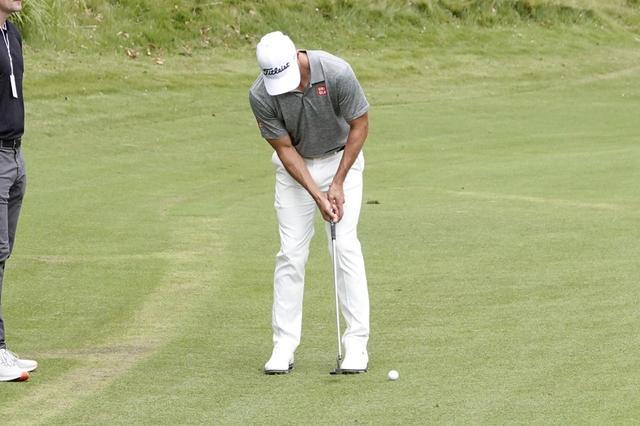 画像: 練習ラウンドではレギュラーサイズのパターを使用していたアダム。長尺も持ってきてはいるようだ