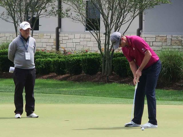 画像: フィル・ケニオンのコーチを受けるジャスティン・ローズ