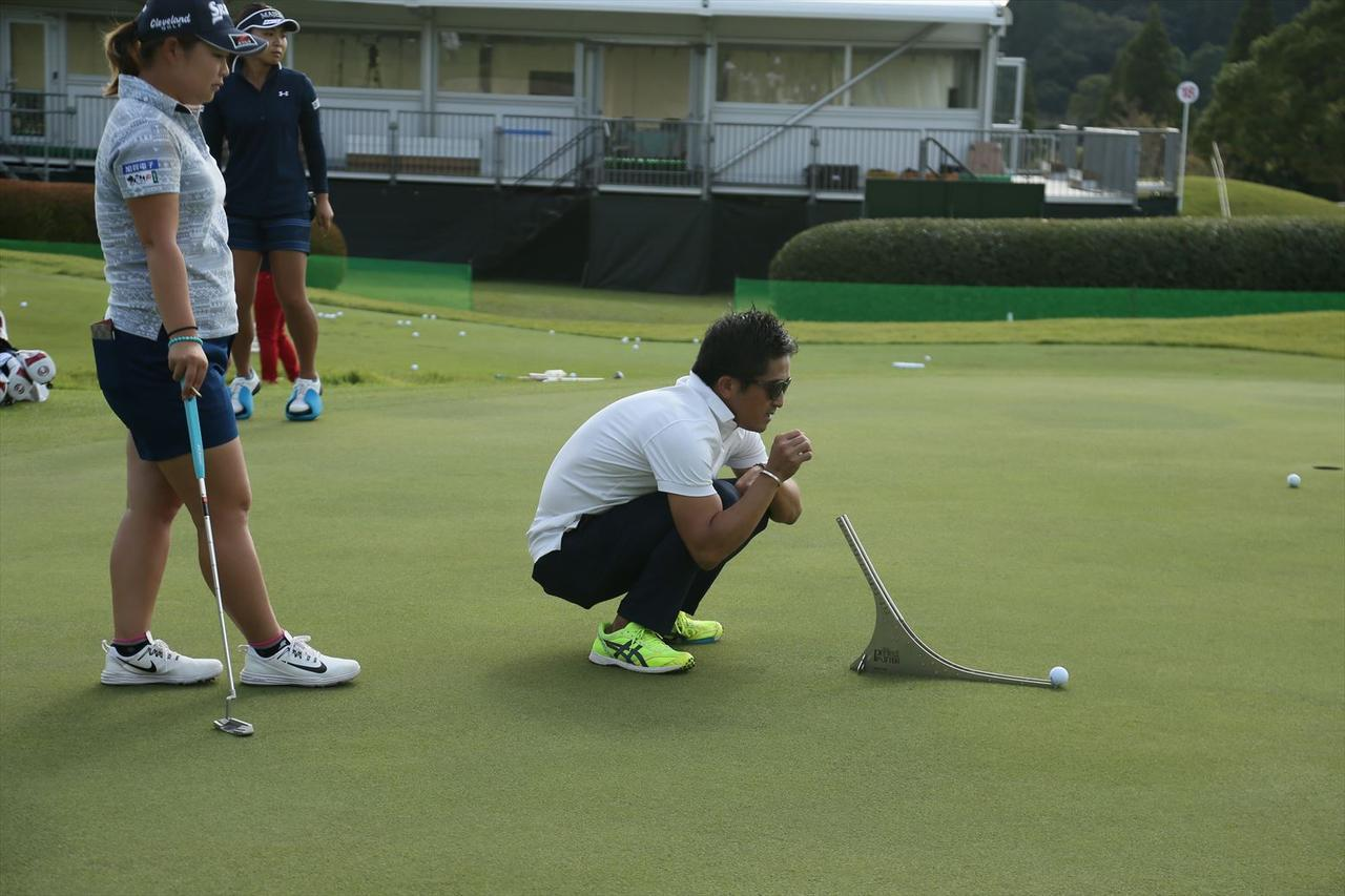 画像: ボールを転がし転がりやラインを確認している東浩子(左)とコーチ・佐々木信也