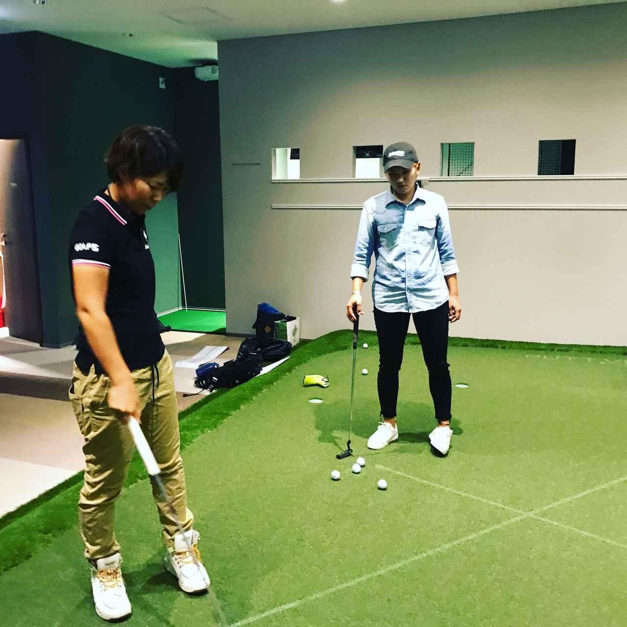 画像: プロジェクターを使ってラインを視覚化する「パットビュー」を体験する成田美寿々(右)と穴井詩(左) 撮影/井上透