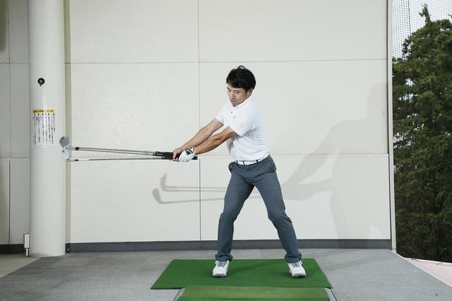 画像: クラブを複数束ねて素振りをするのが、全体の重さを動かす感覚をつかむのに効果的