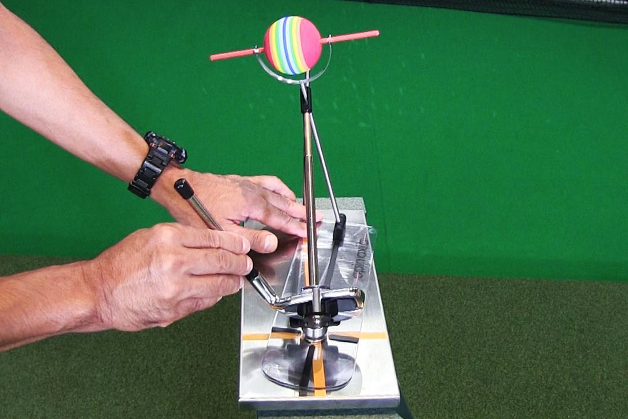 画像: 画像2。軌道に対してフェースが左を向いた状態。軌道とフェース向きにギャップがあることでボールの回転軸は傾く。この場合、ボールは左に傾き、ドローになる