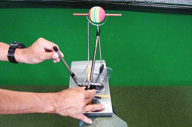 画像: 画像1。クラブ軌道とフェースの向きが同一(どちらも右を向いている)の場合、ボールの回転軸はまっすぐの状態。したがって右にまっすぐの球が出る