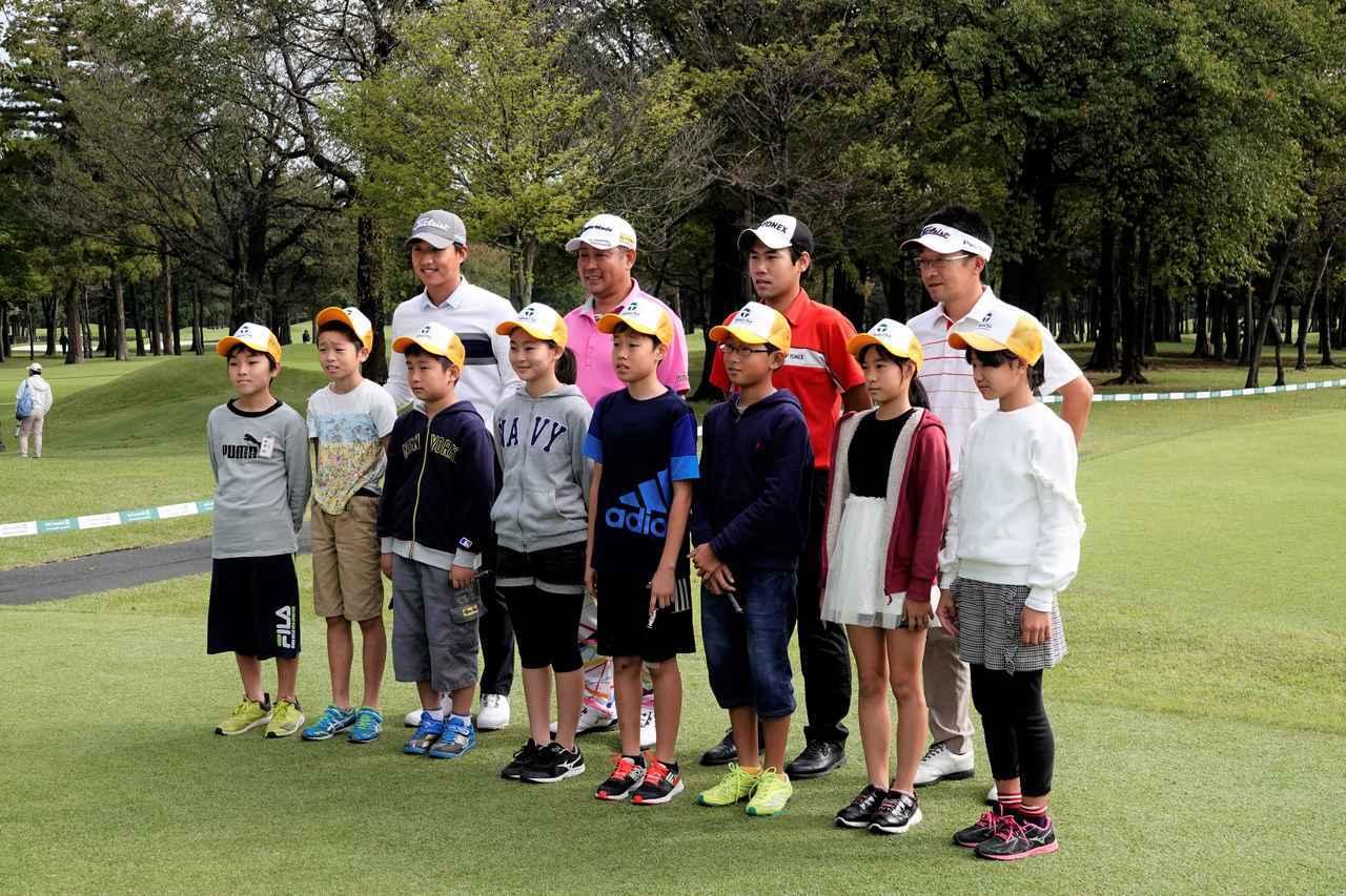 画像: 地元の小学生と入場するツアー4勝の飛ばし屋・小山内護(後列左から2番目)も若い人とプレーするのは楽しいと話す