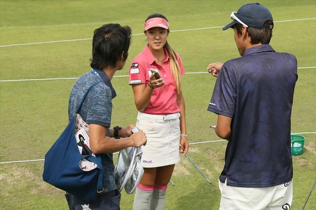 画像: 練習場でエイミー・コガに話を聞く記者