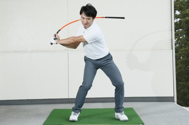 画像: 上腕から前腕を硬く締めて張りを作ることで、手首から先がしっかりしなりヘッドが効率よく走る