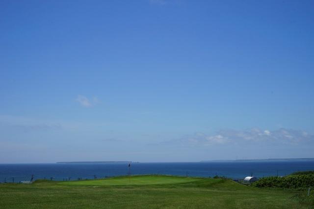 画像: 7番ホールのグリーン。すぐ奥に海が見えるためプレッシャーがかかる