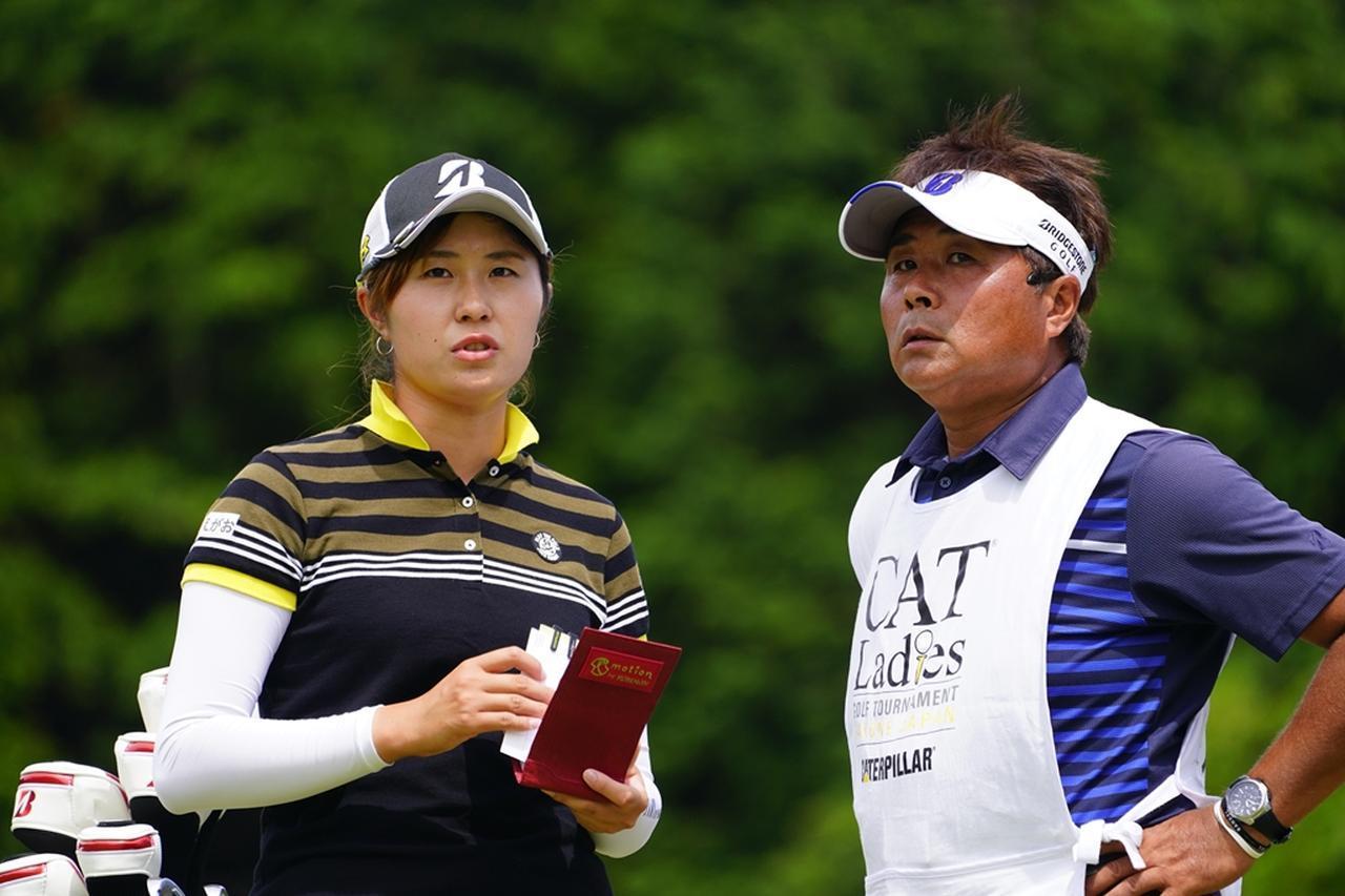 画像: コーチ・キャディとしても娘を支える充さん(写真は2018年のCATレディース 撮影/岡沢裕行)