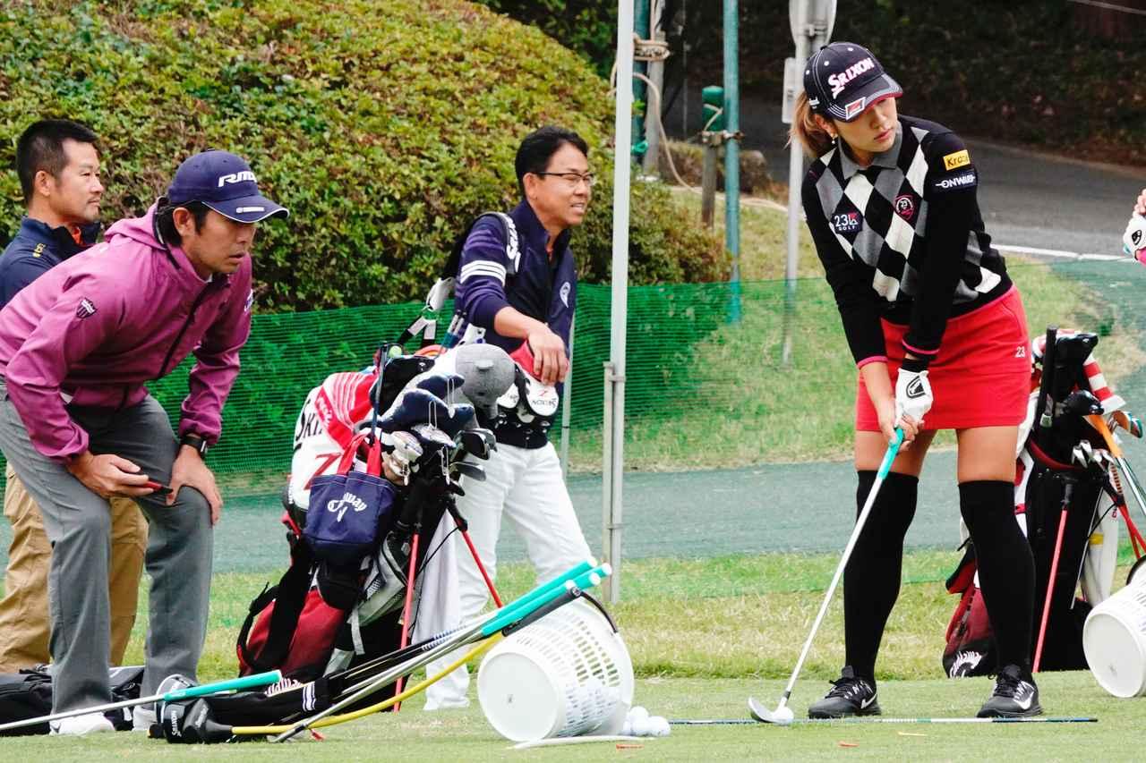 画像: 安田(写真右)を指導する石井コーチ(写真左)(写真は2018年の樋口久子 三菱電機レディスの練習日)
