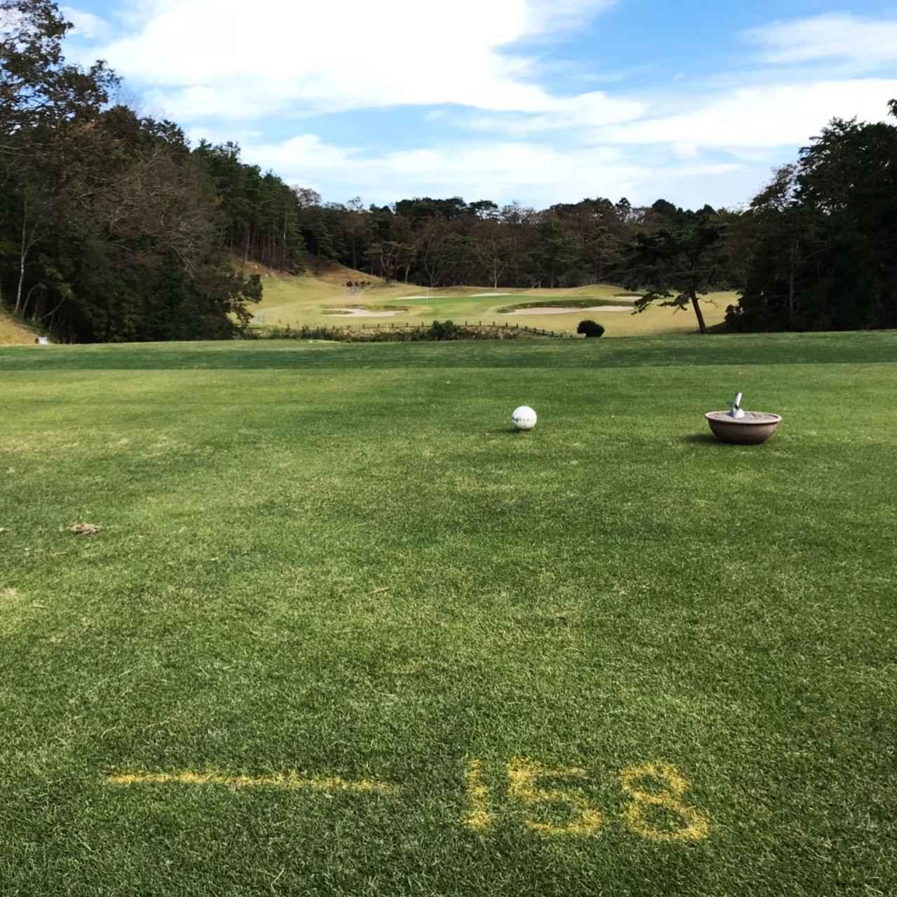 画像: 地面に描かれている数字はグリーンの「エッジまでの距離」を表している