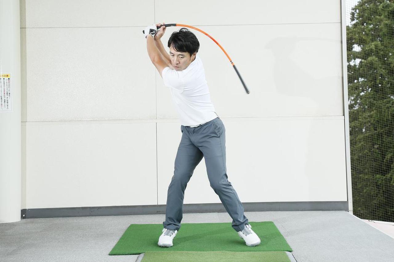 画像: トップで体に急ブレーキをかけることでシャフトがしなる