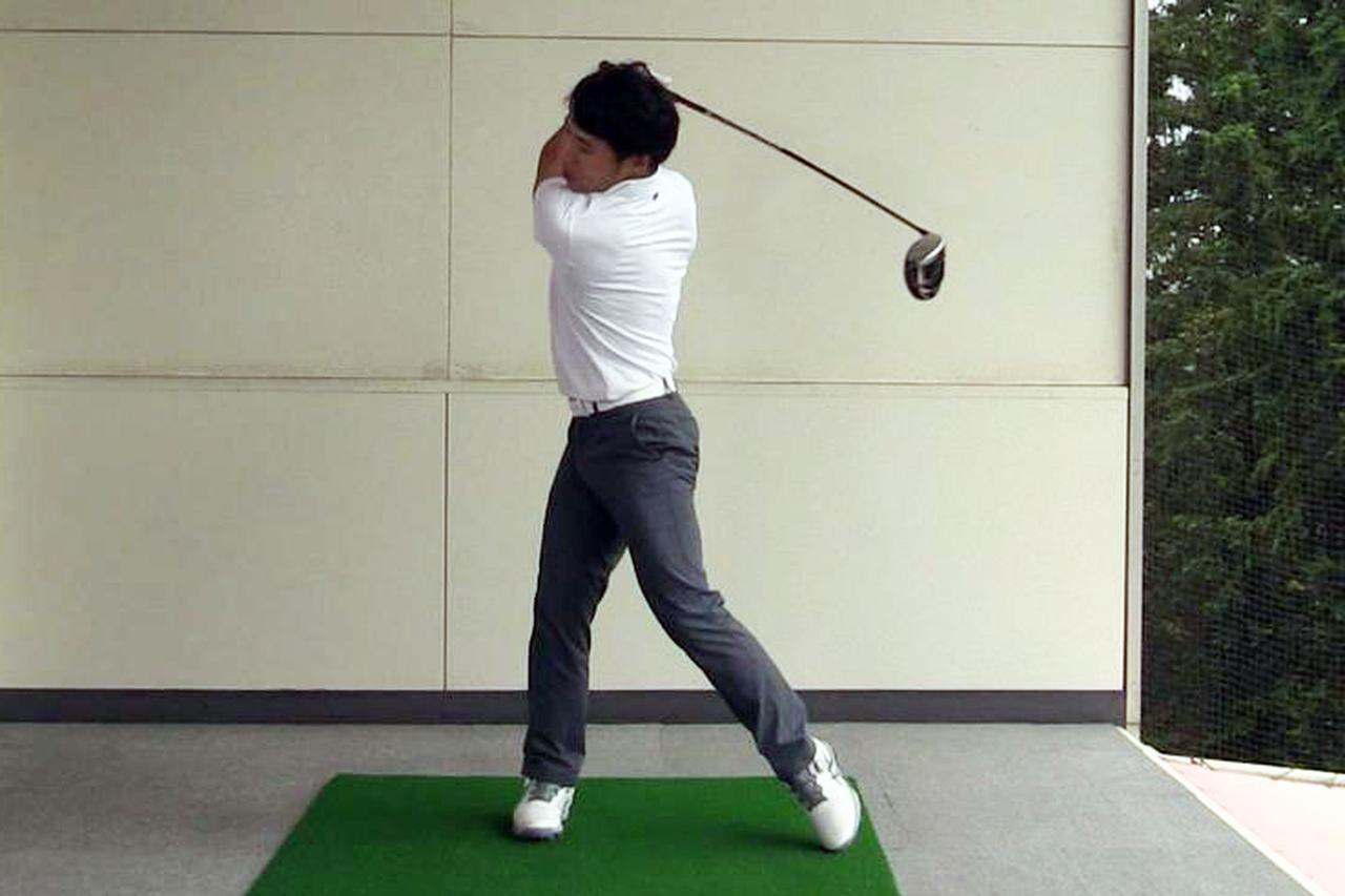 画像: シャフトをしならせる感覚をつかむには左素振りがおすすめだと原田